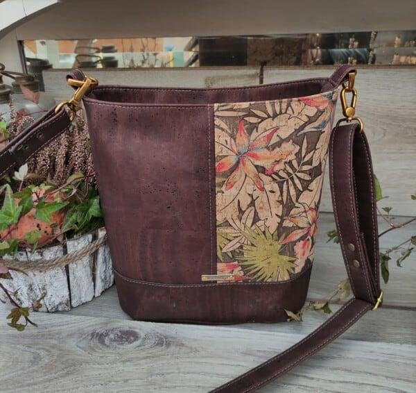 Schoudertas bruin kurk in 2 kleuren, een sieraad om mee te shoppen achterkant