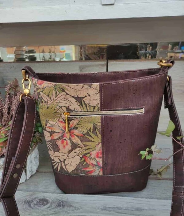 Schoudertas bruin kurk in 2 kleuren, een sieraad om mee te shoppen