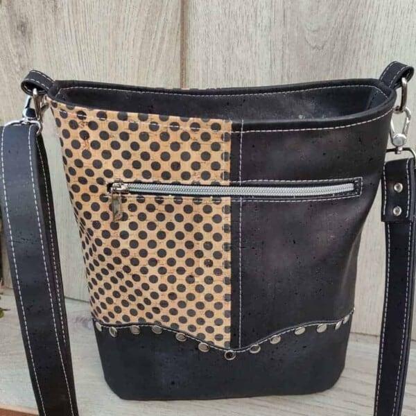 2 kleuren schoudertas kurk zwart met leuke stippen achterkant