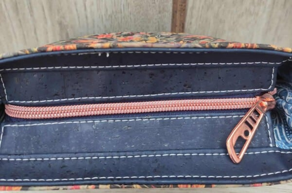 Blauw kurk tasje bovenkant