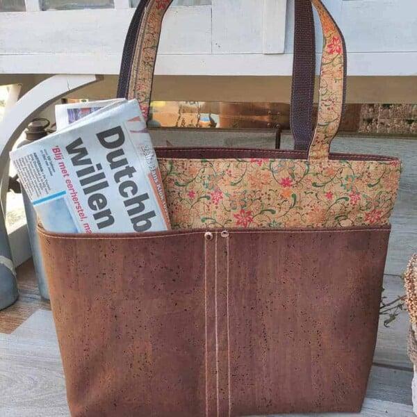 kurk shopper bruin met bloemen, ideaal om mee te winkelen achterkant