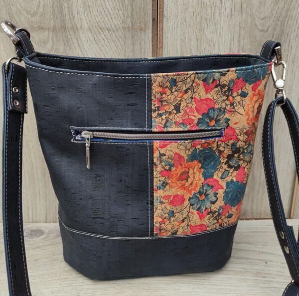 kurk schoudertas blauw met bloemenprint achterkant